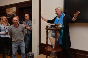 Corien Bakker feliciteert  Hans Siemons onder goedkeurende blik van Everhard Bulten.
