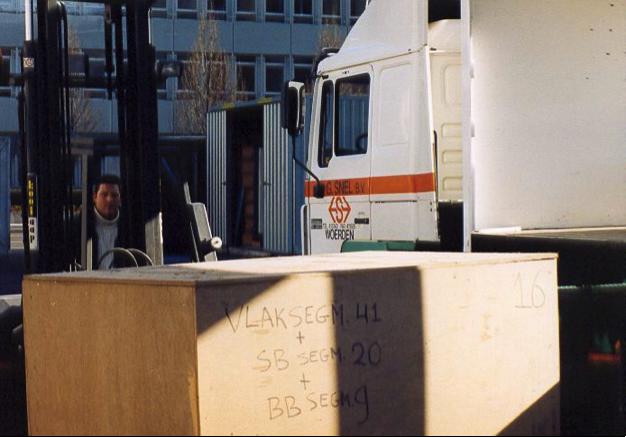 De kisten met scheepshout van Woerden 7 arriveert in Mainz in maart 2004