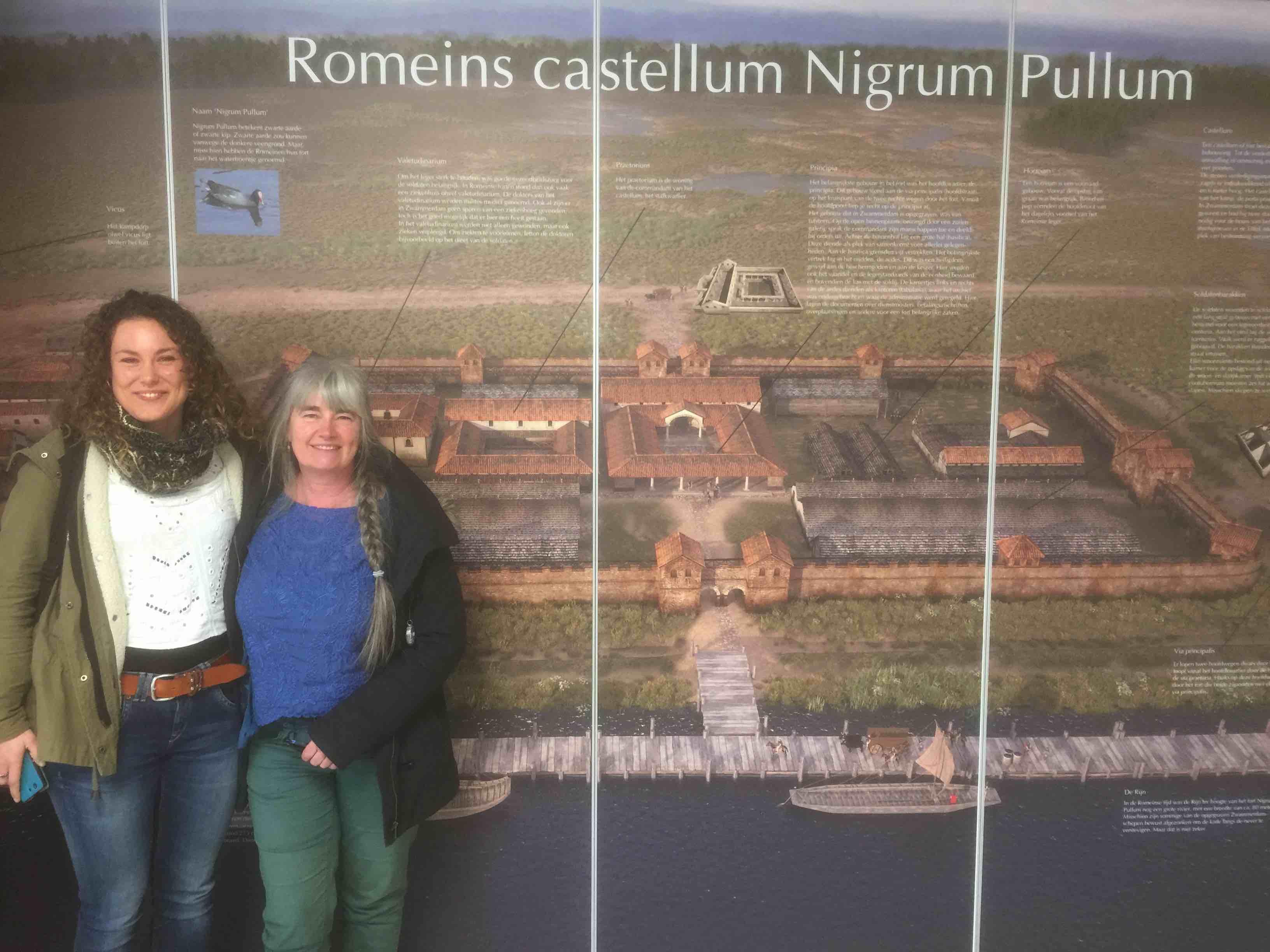 Rozemarijn Buitenhuis en Claudia Thunnissen voor een van de prachtige wanden van de tentoostelling van het Limesbezoekercentrum NIGRVM PVLLVM.