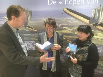 VPRO-presentatoren Jos Palm (m) en Michal Citron (r) nemen enthousiast `Varen op de Romeinse Rijn in ontvangst.