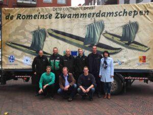 De transporteurs van TopMovers en Koninklijke De Gruiter voor een van de containers met de Zwammerdamschepen op het rijnplein in Alphen aan den Rijn