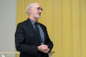 Directeur Museum Het Valkhof, Jan van Laarhoven opent de presentatie. Foto: Will Kuijpers.