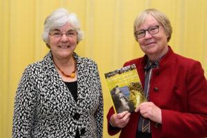 Annelies Koster en dr. Carol van Driel-Murray tonen het kersverse Romeinse helmen in Nederland. Foto: Will Kuijpers.